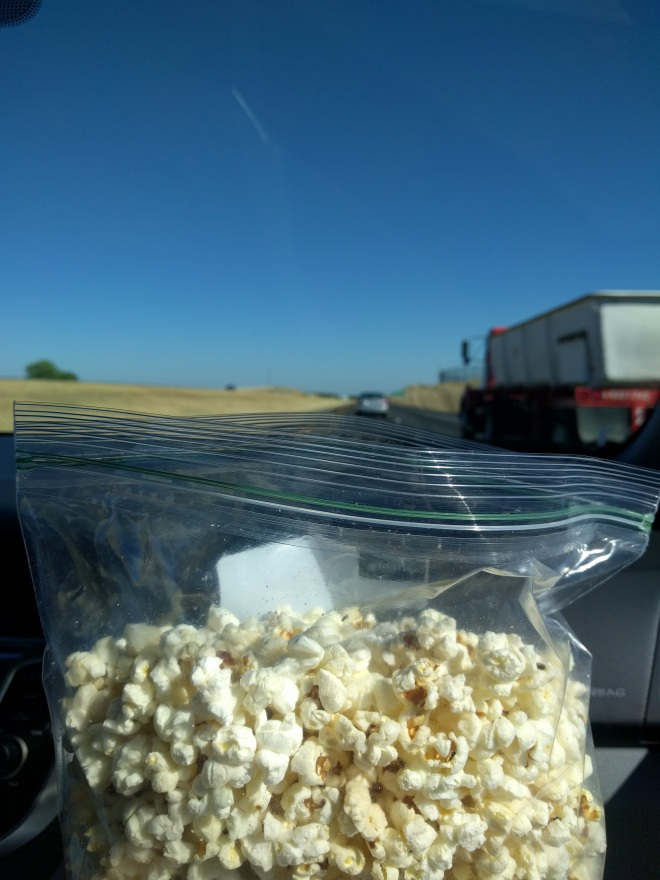 Roadtrip - popcorn in the car